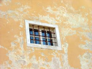 wiezienne-okno
